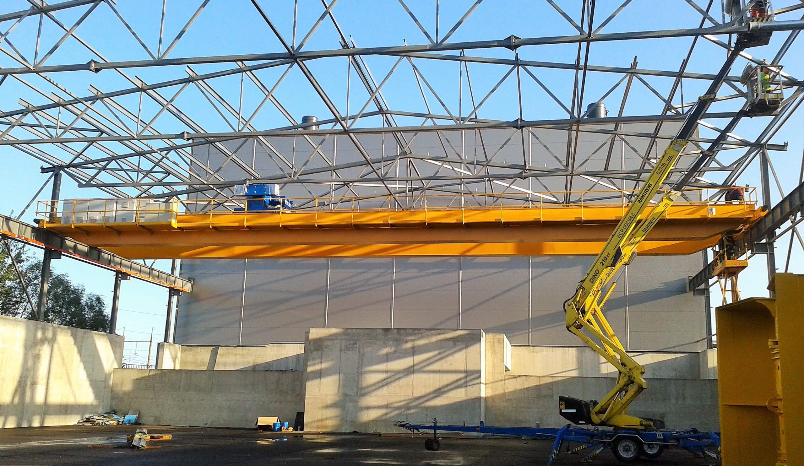 Double girder overhead crane with electrohydraulic grab instalation_Strele industrial